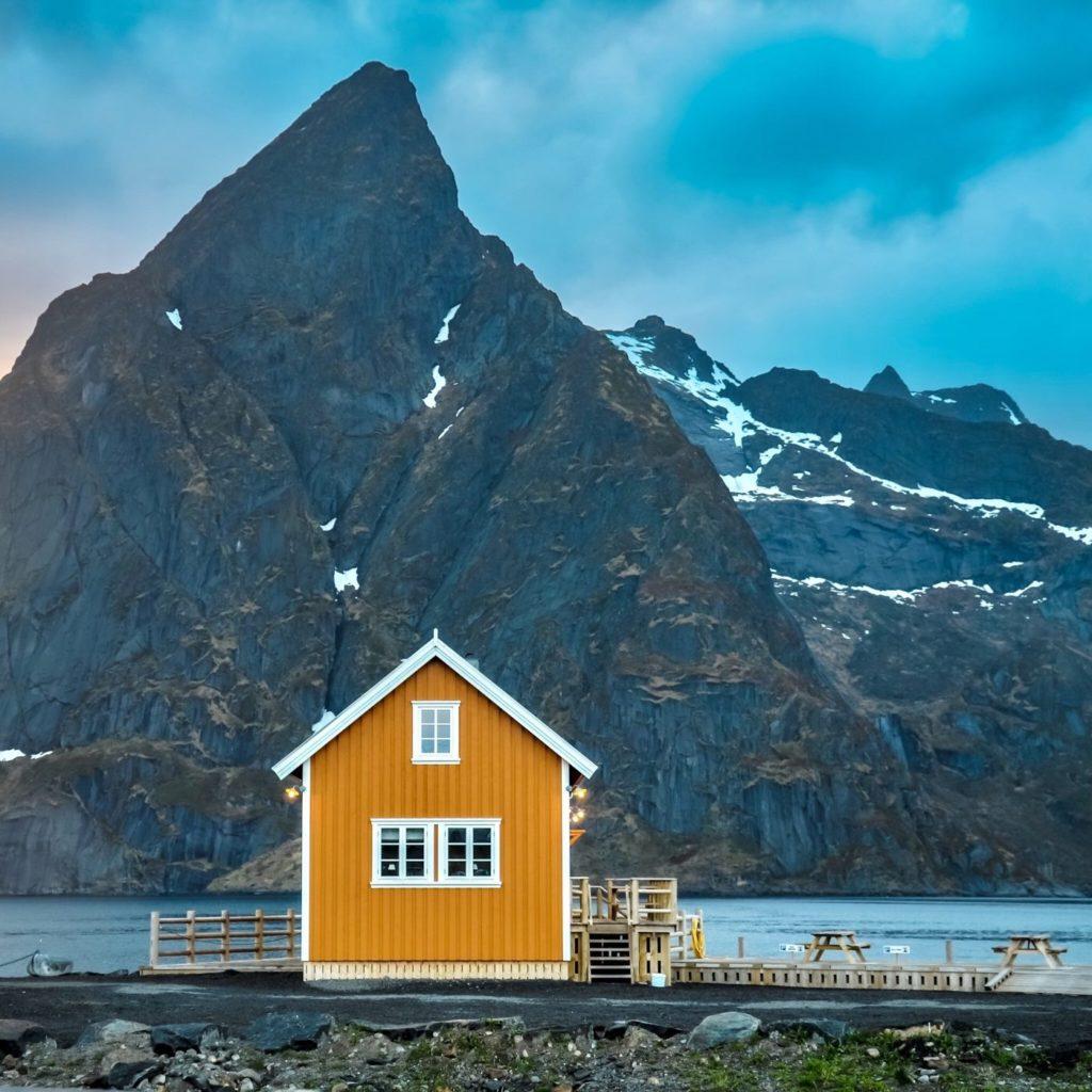Gelbes Haus auf den Lofoten in Norwegen